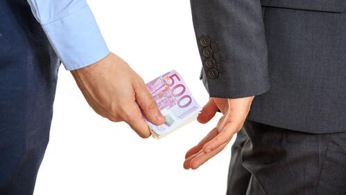 Подкуп лица, которое предоставляет публичные услуги