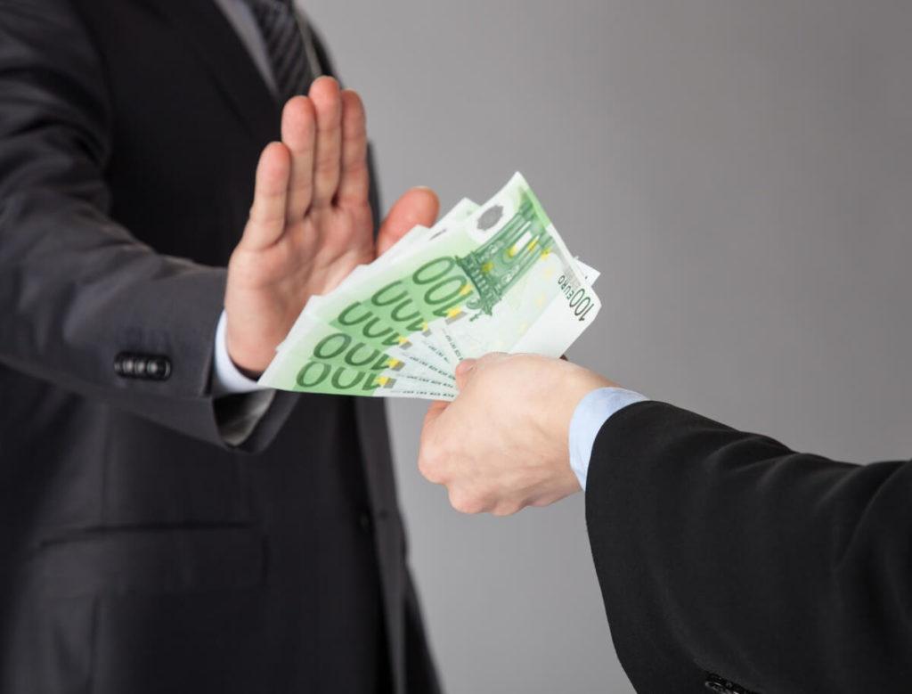 Предложение, обещание или предоставление неправомерной выгоды служебному лицу